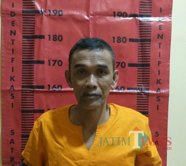 Nur Ahmad mantan Kepala Desa Pondok Dalem saat diamankan di Mapolsek Semboro (foto : istimewa / Jatim TIMES)