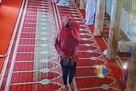 Pelaku yang mengambil uang dan HP milik jamaah masjid yang tengah salat di Masjid Noor, Kidul Pasar (Ist)