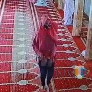 Wanita Berjilbab Pink, Terekam CCTV Curi Uang dan HP Jamaah Masjid Noor Kidul Pasar