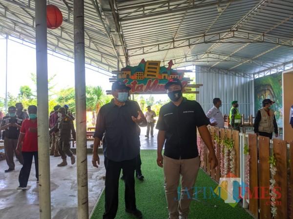Pjs Bupati Blitar Budi Santosa memimpin patroli di tempat wisata. (Foto : Aunur Rofiq/BlitarTIMES)
