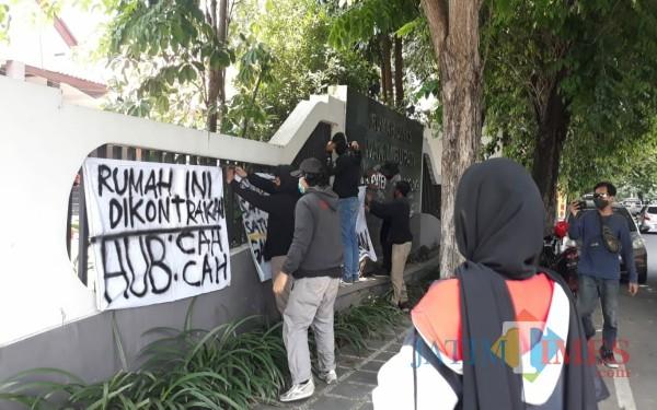 Puluhan mahasiswa yang tergabung dalam AMTB demo di depan rumah kosong wabup / Foto : Istimewa / Tulungagung TIMES