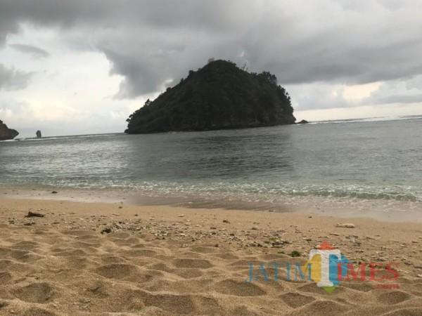 Tampak keindahan Pantai Gatra yang berada di komplek Pantai CMC Tiga Warna, Kabupaten Malang. (Foto: Dok. JatimTimes)