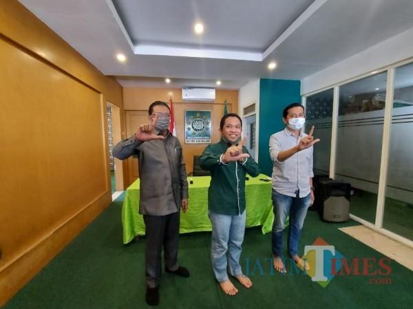 Thoriqul Haq (berbaju hijau) usai menggelar konferensi pers di Kantor DPC PKB Kabupaten Malang, Rabu (28/10/2020). (Foto: Tubagus Achmad/ MalangTIMES)