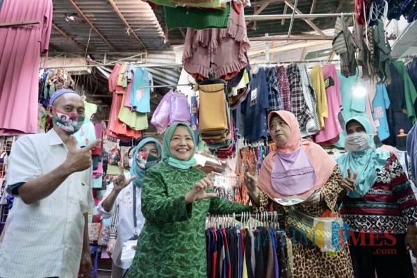 Calon Bupati Malang, Lathifah Shohib saat menyapa pedagang di salah satu pasar tradisional di Kabupaten Malang. (Foto: Dok. Malang Bangkit)