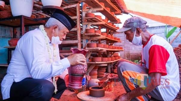 Cabup HM Sanusi saat berdialog dengan pengusaha industri rumahan gerabah di Kecamatan Pagelaran