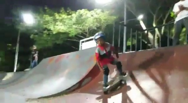 Joko saat berlatih skateboard. (screenshot video Instagram @bolangsk8school)