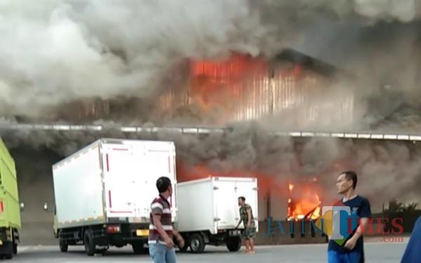 Kondisi pabrik saat terbakar. (Foto: Adi Rosul / JombangTIMES)