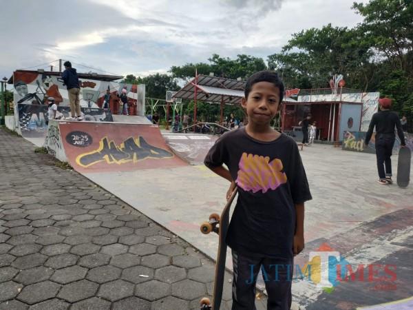 Muhammad Maulana Malik Ibrahim atau Joko saat akan latihan skateboard (Hendra Saputra)