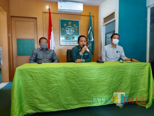 Thoriqul Haq (tengah) saat konferensi pers di Kantor DPC PKB Kabupaten Malang bersama Ali Ahmad (kiri), Rabu (28/10/2020). (Foto: Tubagus Achmad/MalangTimes)
