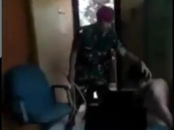Viral Marinir tangkap pelaku begal sepeda (Foto: screenshot)
