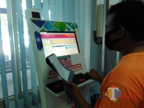 Warga Kabupaten Blitar tetap bisa mengakes layanan kependudukan di masa libur panjang melalui layanan online