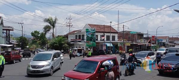 Arus lalu lintas di simpang Pendem Kecamatan Junrejo, Jumat (30/10/2020). (Foto: Irsya Richa/MalangTIMES)