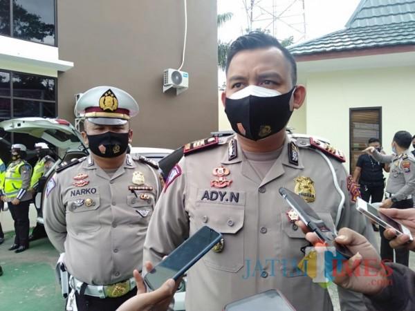Kasat Lantas Polres Malang, AKP Ady Nugroho saat ditemui awak media di Pos Lalulintas Karanglo, Jumat (30/10/2020). (Foto: Dok. JatimTimes)