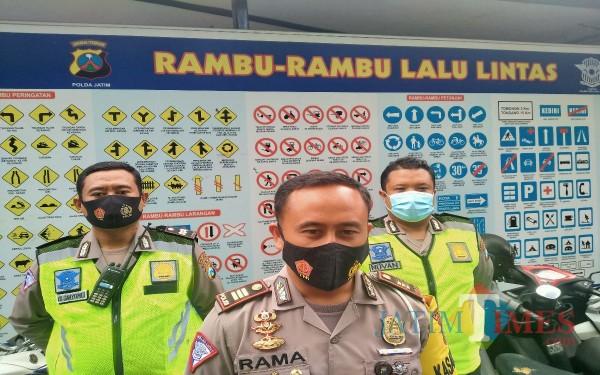 Kasatlantas Polresta Malang Kota, AKP Ramadhan Nasution (tengah) (Anggara Sudiongko/ MalangTIMES)