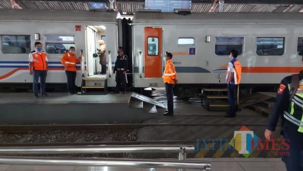 Kedatangan kereta api di Stasiun Jombang. (Foto : Adi Rosul / JombangTIMES)