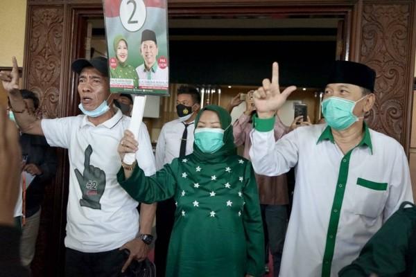 Paslon Lathifah Shohib-Didik Budi Muljono (LaDub) saat bersama pendukungnya (Foto: Dok. Malang Bangkit)