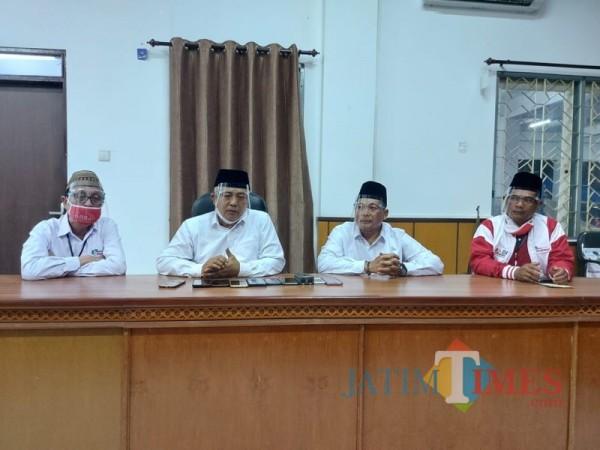 Paslon SanDi (Sanusi-Didik Gatot Subroto) nomor urut 1 (tengah) saat sesi jumpa pers usai menjalani debat publik perdana. (Foto : Tubagus Achmad / MalangTIMES)