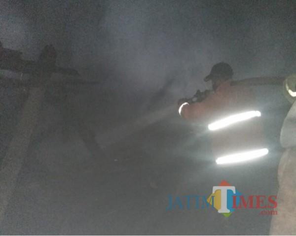 Petugas saat berupaya memadamkan kebakaran di gudang dupa milik Sodikin (Foto : Istimewa)