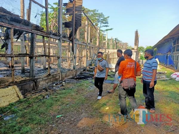 Polisi melakukan olah TKP di lokasi kebakaran kandang