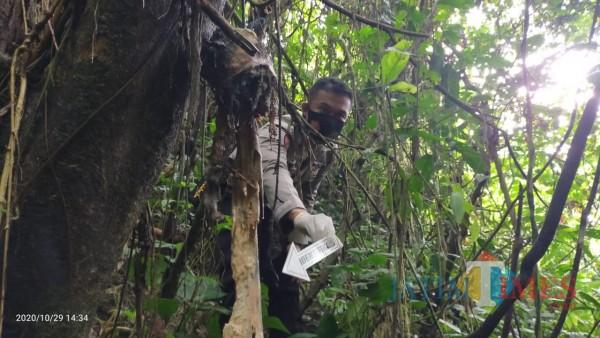 Polisi melakukan olah TKP di lokasi penemuan mayat tinggal kerangka