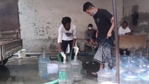 Proses isi ulang air mineral di India. (Foto: YouTube  syahputra kembaren)