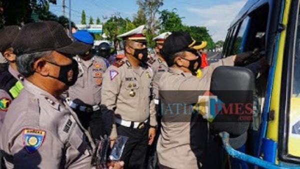Satlantas Polres Probolinggo saat bagikan 300 masker kepada pengguna jalan yang melintas. (Foto: Mabrur/ProbolinggoTimes)