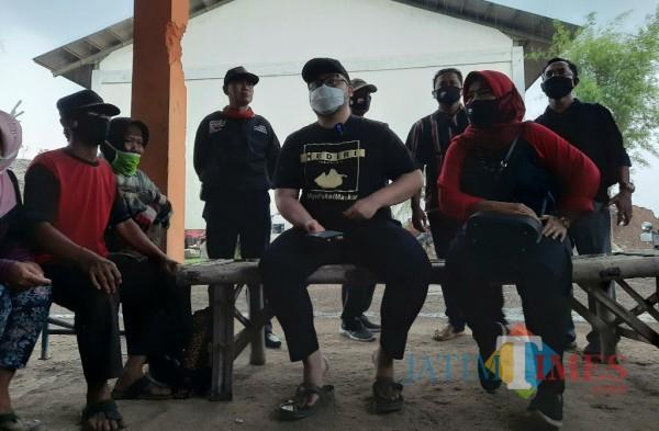 Calon bupati Kediri Hanandhito Himawan Pramono melakukan kampanye di TPA Sekoto.(eko arif s/Jatimtimes)