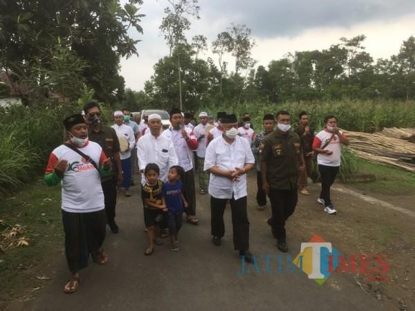 Calon Bupati Malang dari paslon SanDi nomor urut 1, Sanusi (tengah, masker putih) ketika menyapa warga saat berkampanye (Foto : Ashaq Lupito / MalangTIMES)