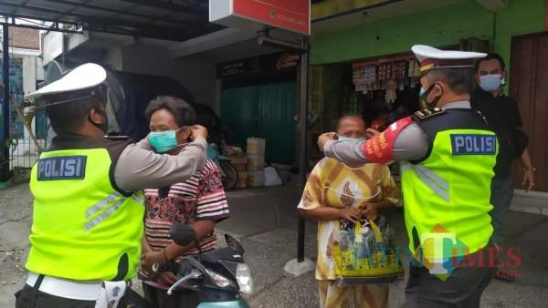 Petugas Satlantas yang melakukan Operasi Zebra Semeru hingga ke pasar (Anggara Sudiongko/MalangTIMES)
