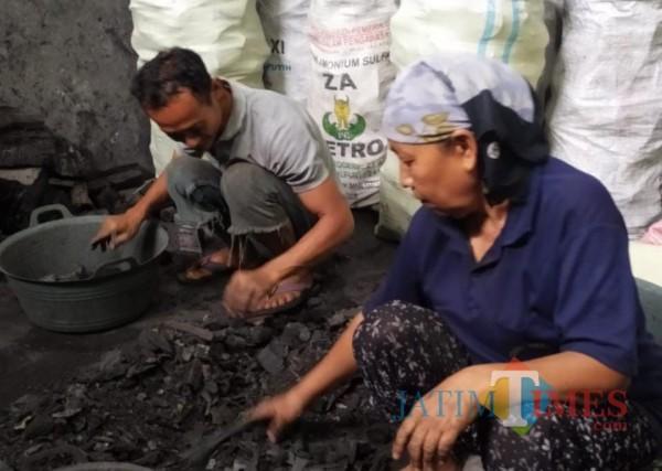 Produsen Arang Kayu Desa Wringinrejo kecamatan Gambiran Banyuwangi Nurhadi Banyuwangi Jatim Times