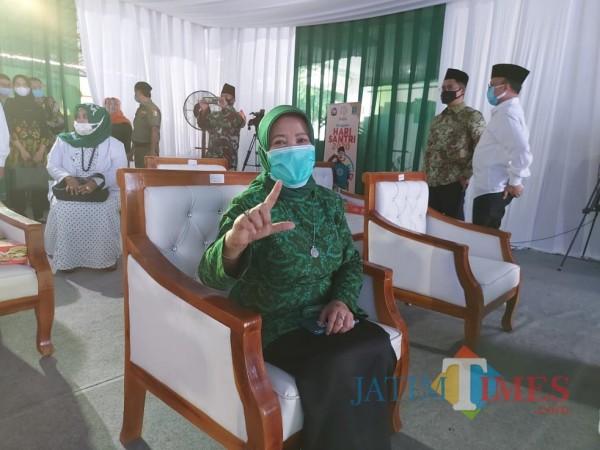 Calon bupati Malang Lathifah Shohib saat menunjukkan salam dua jarinya kepada awak media. (Foto: Tubagus Achmad/MalangTimes)