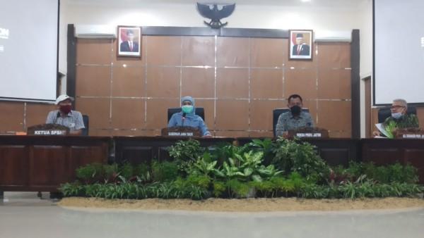 Gubernur Jawa Timur Khofifah Indar Parawansa (tengah) dalam konferensi pers tentang kenaikan UMP di Jatim (Pipit Anggraeni/MalangTIMES).