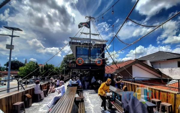 Bandarlate Hadirkan Kafe Unik Dekorasi Kapal, Nikmati Kopi di Tepi Aliran Sungai Brantas