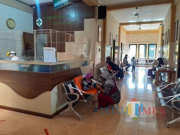 Pasien Ibu dan Anak saat menunggu di kursi prioritas di Puskesmas Rampal Celaket. (Arifina Cahyanti Firdausi/MalangTIMES).