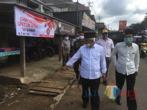 Calon Bupati Malang dari paslon SanDi nomor urut 1, Sanusi (depan, kiri) ketika menyapa warga saat berkampanye (Foto : Dokumen MalangTIMES)