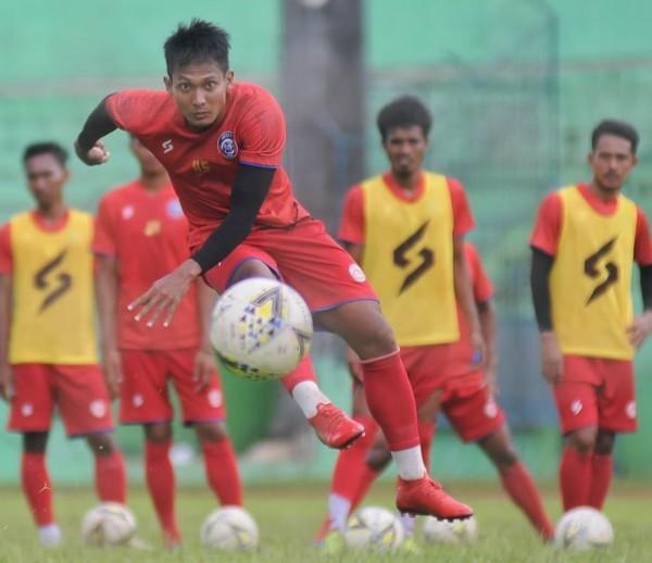 Hendro Siswanto saat melakukan tendangan pada latihan Arema FC (official Arema FC)