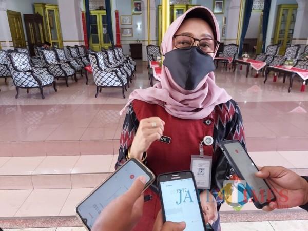 Humas Satgas Covid-19 Kabupaten Malang Aniswaty Aziz saat menjelaskan perkembangan covid-19 di Kabupaten Malang. (Foto : Dokumen MalangTIMES)