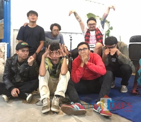 """Para personil Slowright usai meluncurkan single terbarunya bertajuk """"1"""", Minggu (1/11/2020). (Foto: Slowright for MalangTimes)"""