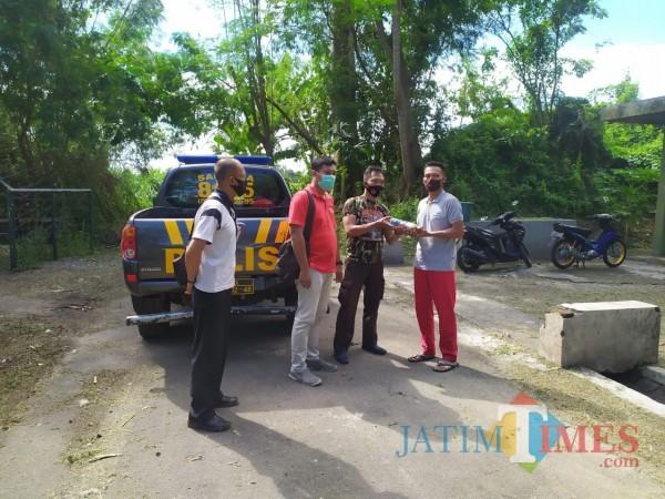 Polisi dan TNI mengamankan mortir yang dipastikan sudah tidak aktif