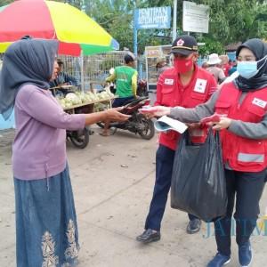 Sosialisasi Covid-19 pada Nelayan, PMI Jember Bagikan Masker di TPI Puger