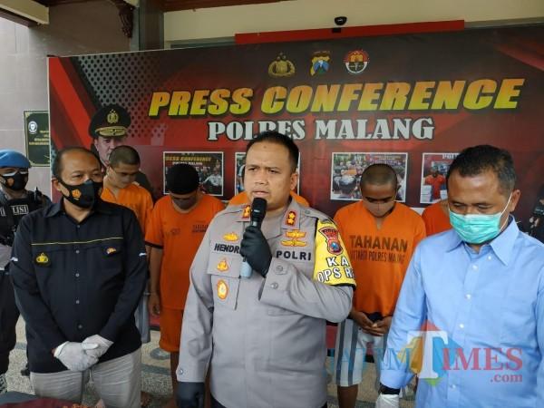 AKBP Hendri Umar saat merilis pengedar ganja dari Malang Selatan (Hendra Saputra)