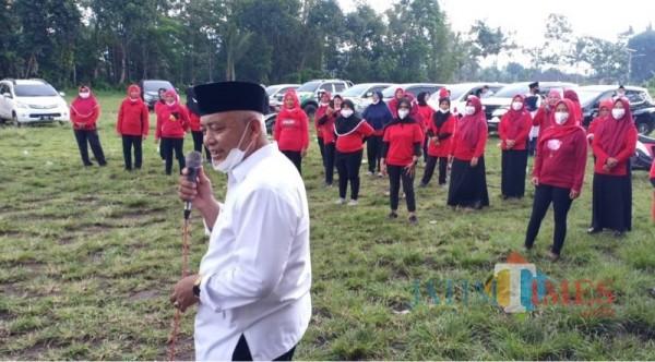 Calon bupati Malang dari paslon SanDi nomor urut 1, Sanusi (kemeja putih) ketika menyapa warga saat berkampanye di Kecamatan Bululawang.