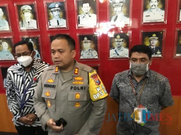 Kapolres Malang, AKBP Hendri Umar bersama Kepala OJK Malang Sugiarto Kasmuri (kiri) dan Kepala Bank BRI Syariah Malang Amminudin (kanan) (Hendra Saputra)