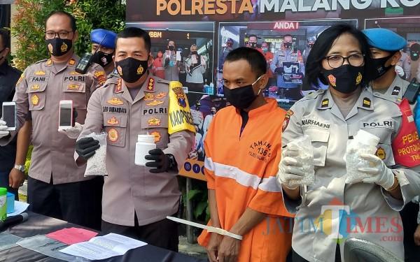 NK (baju orange), kurir 3000 dobel L yang tertangkap  oleh petugas Polsek Klojen (Anggara Sudiongko/MalangTIMES)
