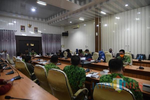 Plt Bupati Jember Drs KH A. Muqit Arief didampingi sejumlah kepala OPD saat menggelar audiensi bersama dengan tim JFC. (foto : istimewa / Jatim TIMES)