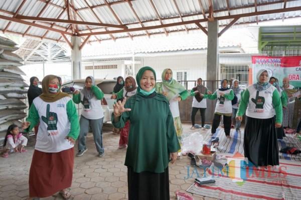 Calon bupati Malang nomor urut dua  Lathifah Shohib saat bersama pendukungnya di  Kecamatan Bantur. (Foto: Dok. Malang Bangkit)