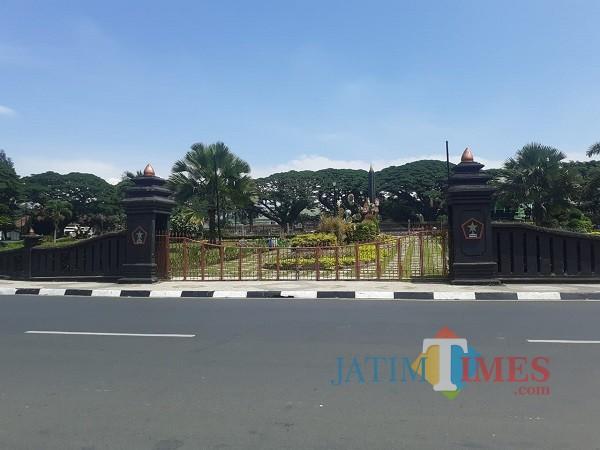 Salah satu taman Alun-Alun Tugu Kota Malang yang masih belum beroperasional di masa pandemi Covid-19. (Arifina Cahyanti Firdausi/MalangTIMES).