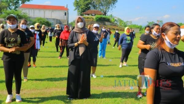 Calon bupati Banyuwangi Ipuk Fiestiandani ikut senam bareng warga Gambiran. ( Dok Suwandi Banyuwangitimes )