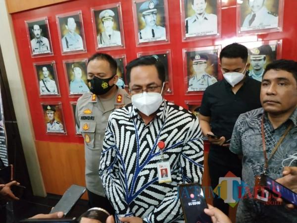 Kepala OJK Malang, Sugiarto Umar saar ditemui awak media di Lobby Mapolres Malang, Selasa (3/11/2020). (Foto: Hendra Saputra/MalangTimes)