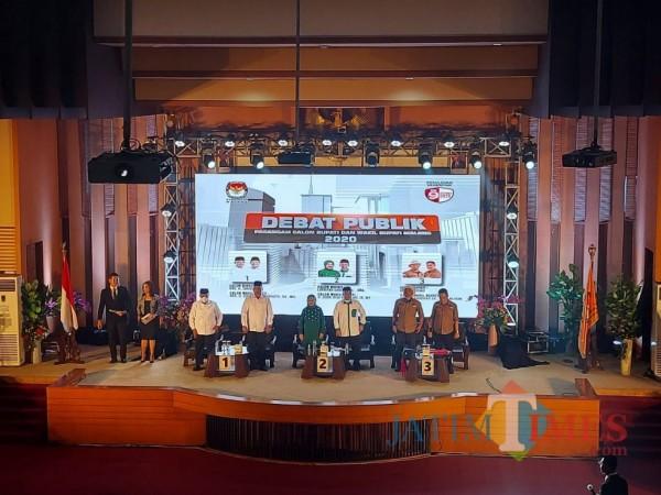 Ketiga paslon Bupati dan Wakil Bupati Malang saat hadir dalam debat publik perdana, Jumat (30/10/2020). (Foto: Tubagus Achmad/MalangTimes)